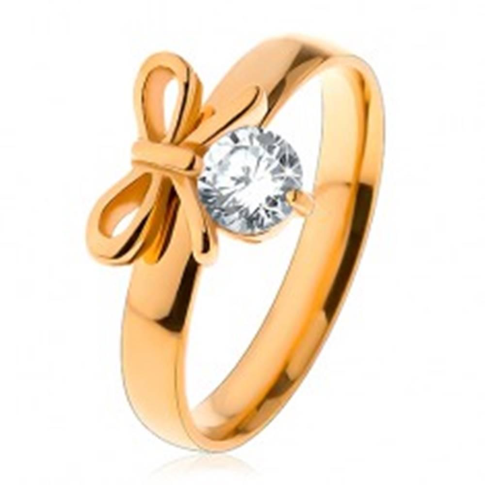 Šperky eshop Prsteň z chirurgickej ocele v zlatej farbe, lesklá mašlička s čírym zirkónom - Veľkosť: 49 mm