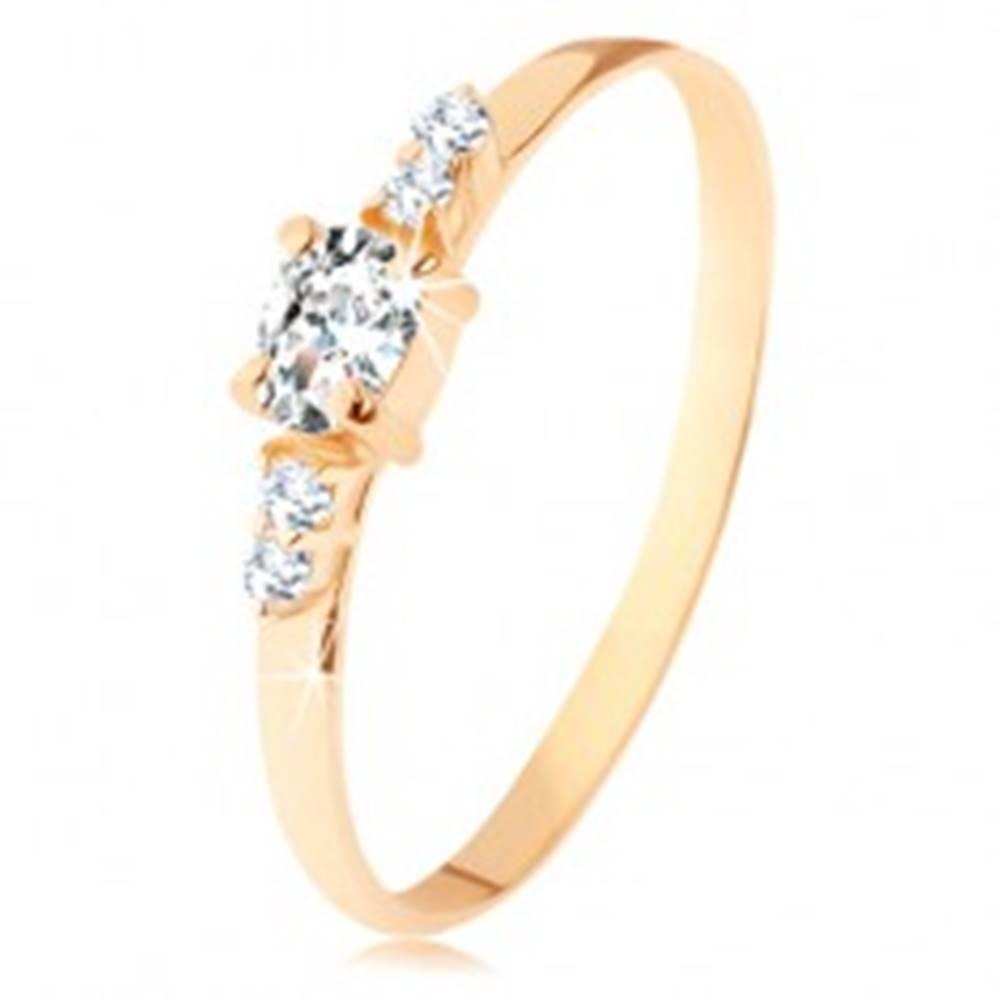 Šperky eshop Prsteň zo žltého 14K zlata - číry zirkónový ovál, dvojice zirkónikov po stranách - Veľkosť: 49 mm