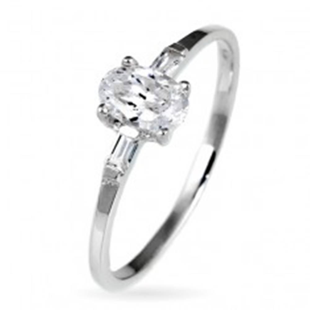 Šperky eshop Strieborný snubný prsteň 925 - oválny zirkón a dva malé zirkóny po stranách - Veľkosť: 49 mm