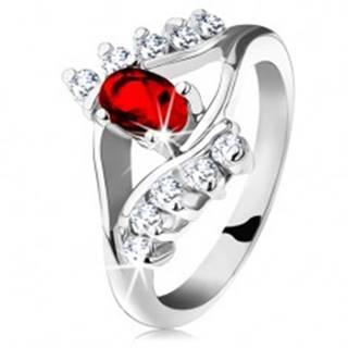 Ligotavý prsteň so strieborným odtieňom, červený brúsený ovál, číre zirkóniky - Veľkosť: 48 mm