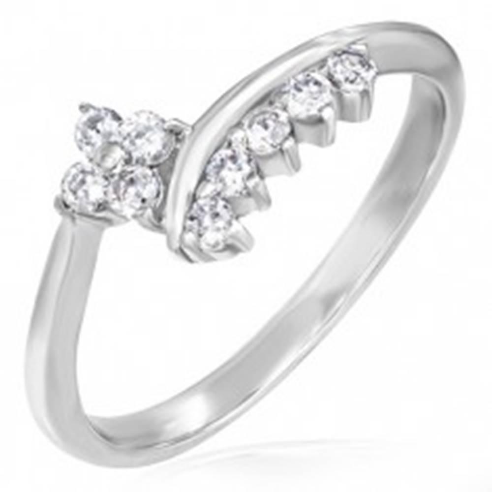 Šperky eshop Jemný zásnubný prsteň - zirkónový kvietok a lemovanie - Veľkosť: 49 mm