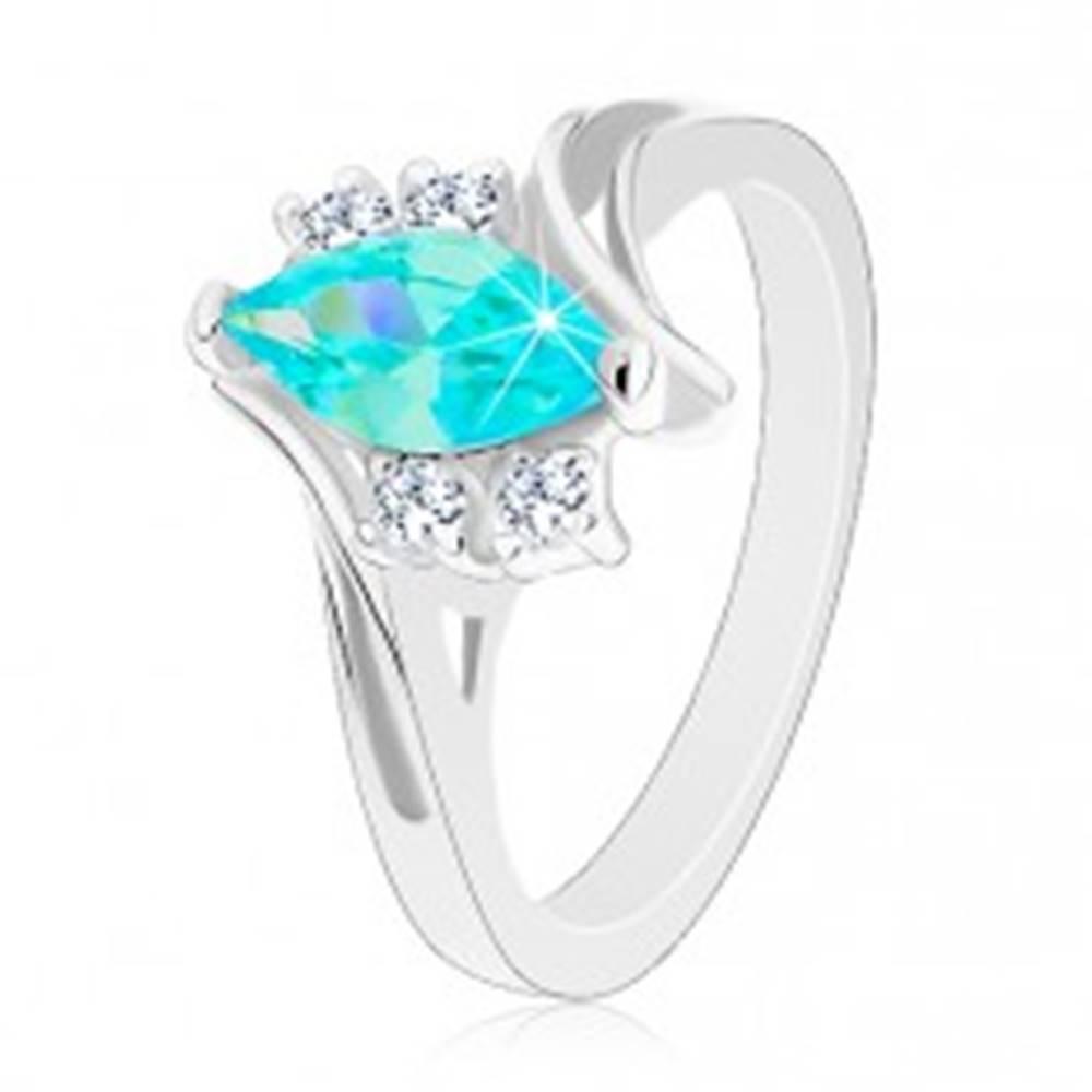 Šperky eshop Lesklý prsteň so zárezom, akvamarínové zrnko, dvojice čírych zirkónikov - Veľkosť: 49 mm