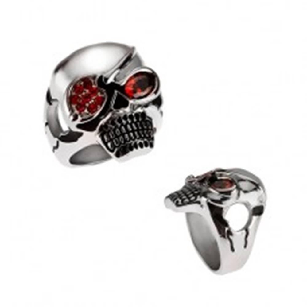 Šperky eshop Masívny oceľový prsteň, lebka s páskou cez oko, červené zirkóny - Veľkosť: 59 mm