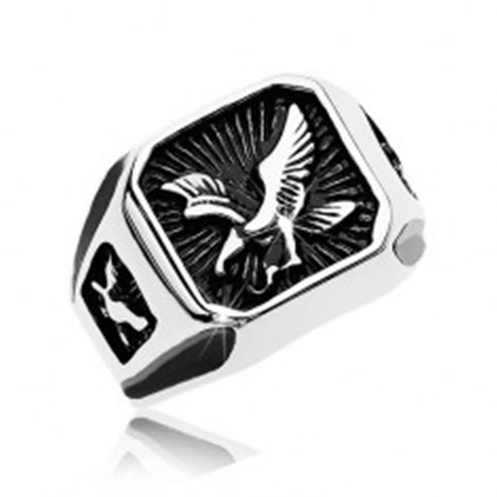 Šperky eshop Mohutný prsteň z ocele 316L, čierny patinovaný štvorec s dravým vtákom - Veľkosť: 57 mm
