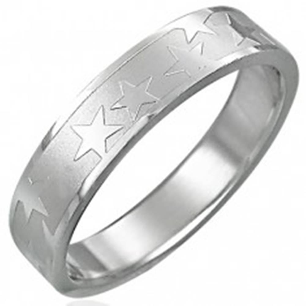 Šperky eshop Oceľový prsteň s matným stredovým pásom a hviezdami - Veľkosť: 49 mm