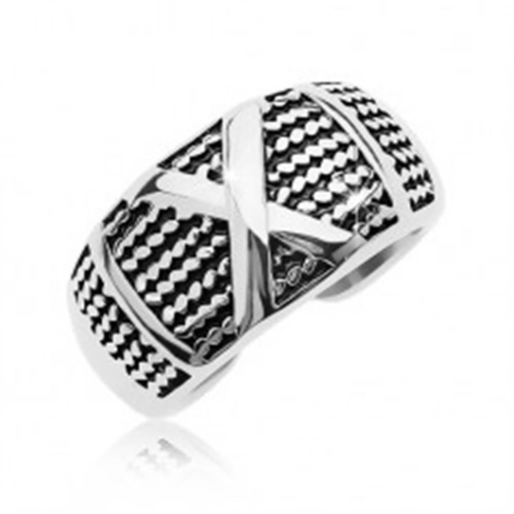 Šperky eshop Patinovaný oceľový prsteň so vzorom tenkých retiazok a veľkým X - Veľkosť: 58 mm