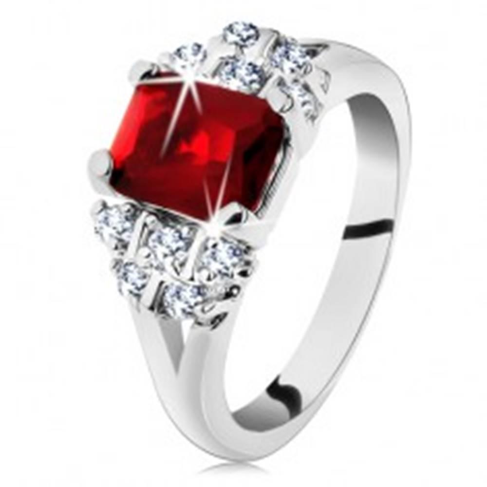 Šperky eshop Prsteň s rozdelenými ramenami, obdĺžnik v tmavočervenej farbe, číre zirkóny - Veľkosť: 50 mm
