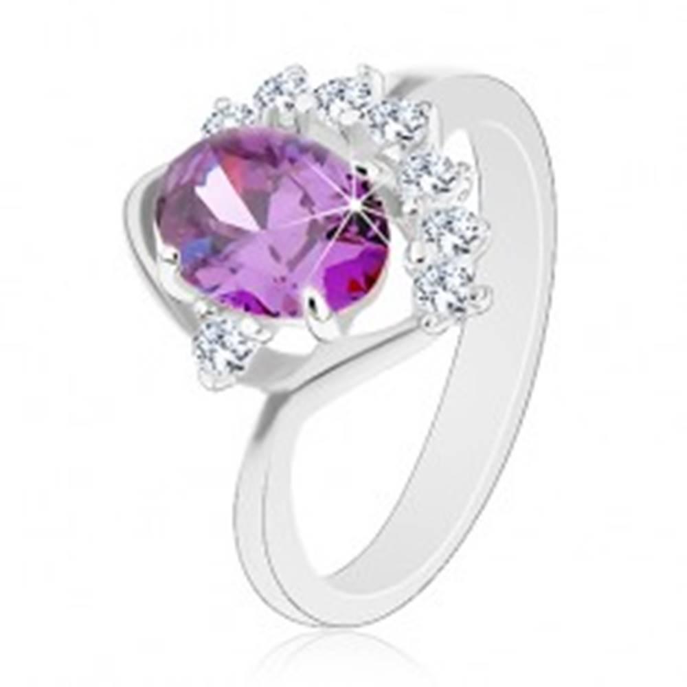 Šperky eshop Prsteň so zahnutým ramenom, oválny fialový zirkón, trblietavý číry oblúčik - Veľkosť: 49 mm