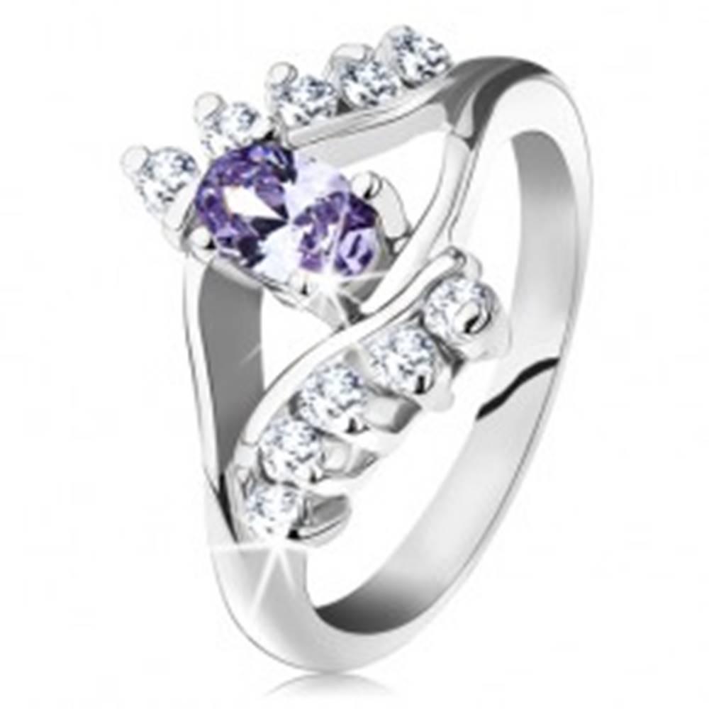 Šperky eshop Prsteň v striebornej farbe, svetlofialový oválny zirkón, číre zirkónové línie - Veľkosť: 49 mm