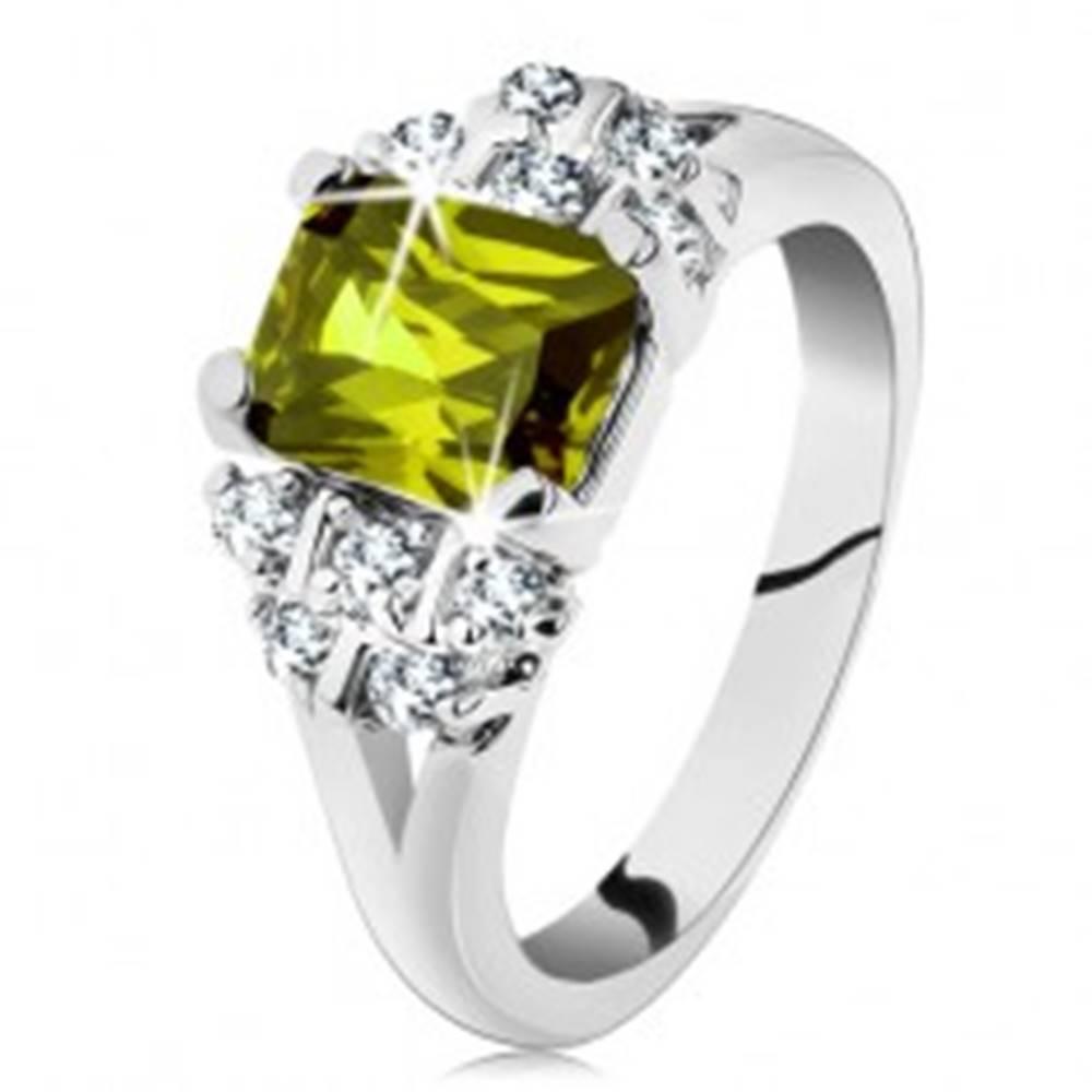 Šperky eshop Prsteň v striebornom odtieni, obdĺžnikový zirkón v zelenej farbe, číre zirkóniky - Veľkosť: 49 mm