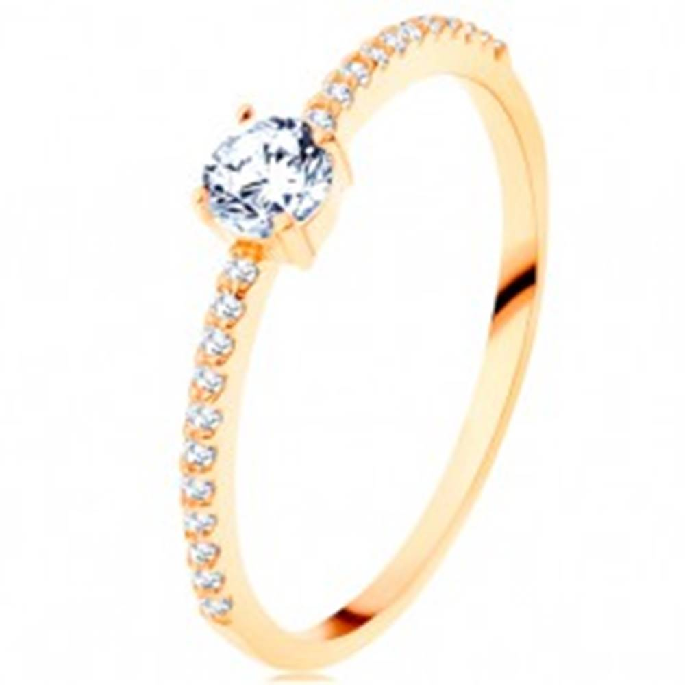 Šperky eshop Prsteň v žltom 14K zlate - vystupujúci číry zirkón, línie zirkónikov čírej farby - Veľkosť: 50 mm