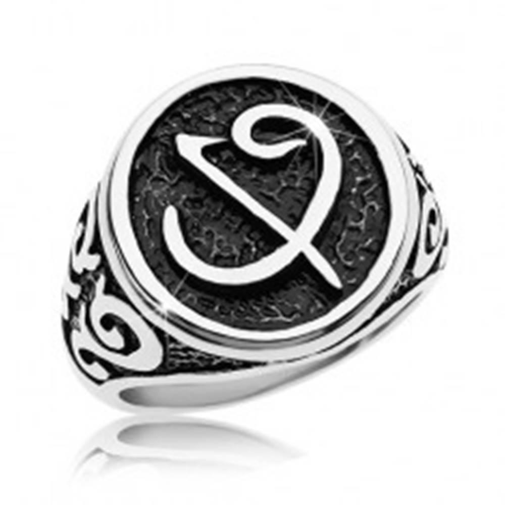 Šperky eshop Prsteň z chirurgickej ocele - čierna pečať so symbolom, ornamenty na ramenách - Veľkosť: 58 mm