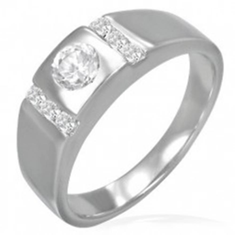 Šperky eshop Snubný prsteň - okrúhle očko lemované zirkónovými pruhmi - Veľkosť: 49 mm
