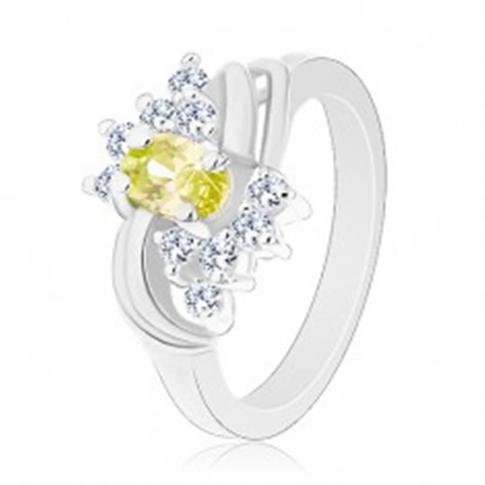 Šperky eshop Trblietavý prsteň s oválnym zelenožltým zirkónom, hladké lesklé oblúčiky - Veľkosť: 49 mm