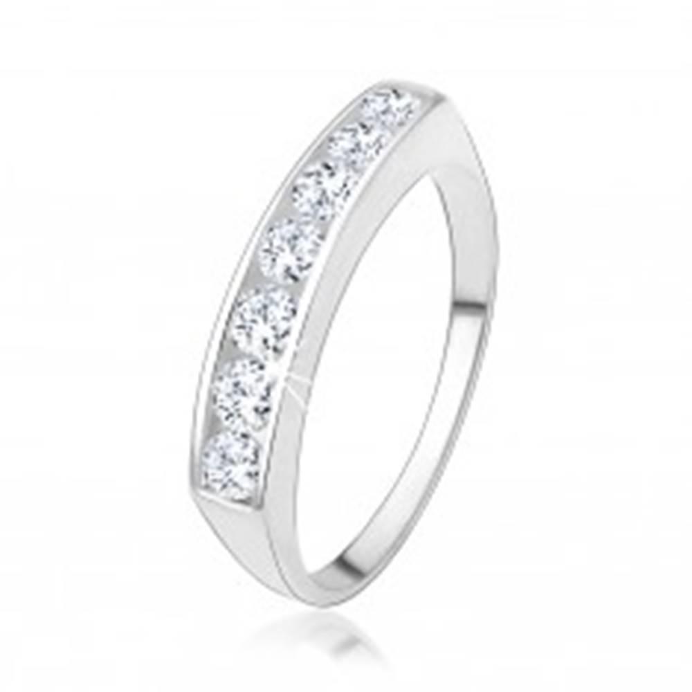 Šperky eshop Zásnubný prsteň zo striebra 925 so vsadenou líniou čírych zirkónov - Veľkosť: 48 mm