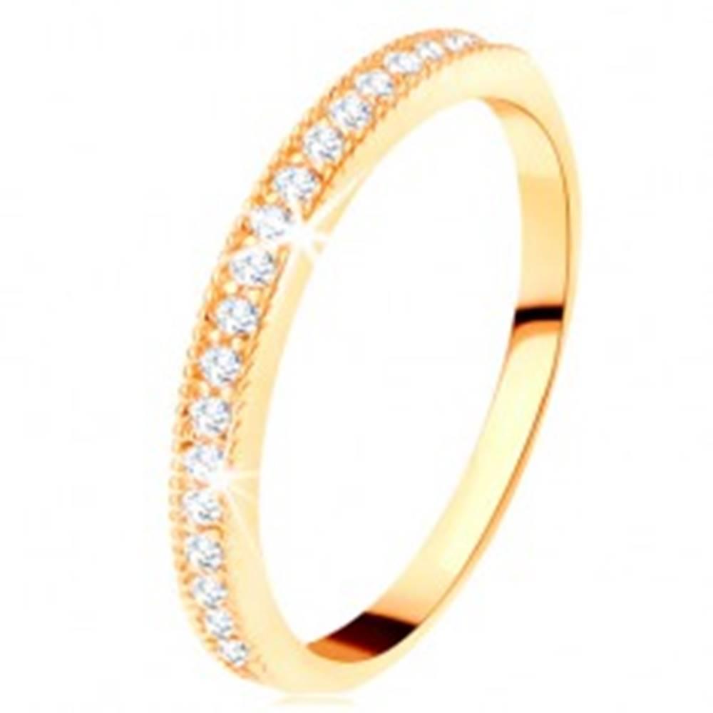 Šperky eshop Zlatý prsteň 585 - číry zirkónový pás s vyvýšeným vrúbkovaným lemom - Veľkosť: 49 mm