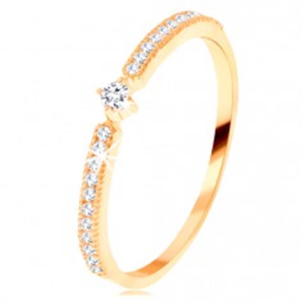 Šperky eshop Zlatý prsteň 585 - okrúhly číry zirkón, tenké zirkónové línie po stranách - Veľkosť: 49 mm