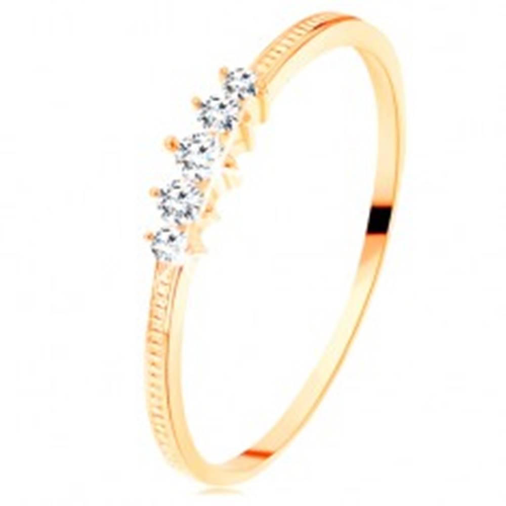 Šperky eshop Zlatý prsteň 585 - pás trblietavých čírych zirkónikov, vrúbkované ramená - Veľkosť: 50 mm