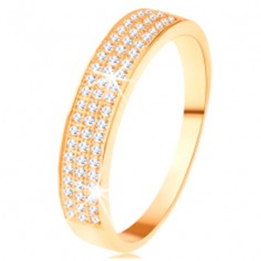 Šperky eshop Zlatý prsteň 585 - širší pás vykladaný tromi líniami čírych zirkónikov - Veľkosť: 62 mm