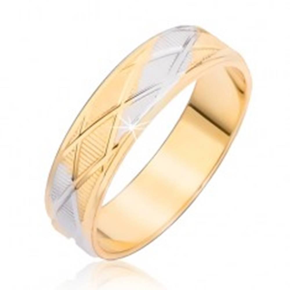 Šperky eshop Dvojfarebný prsteň s kosoštvorcovým vzorom a vertikálnymi ryhami - Veľkosť: 48 mm