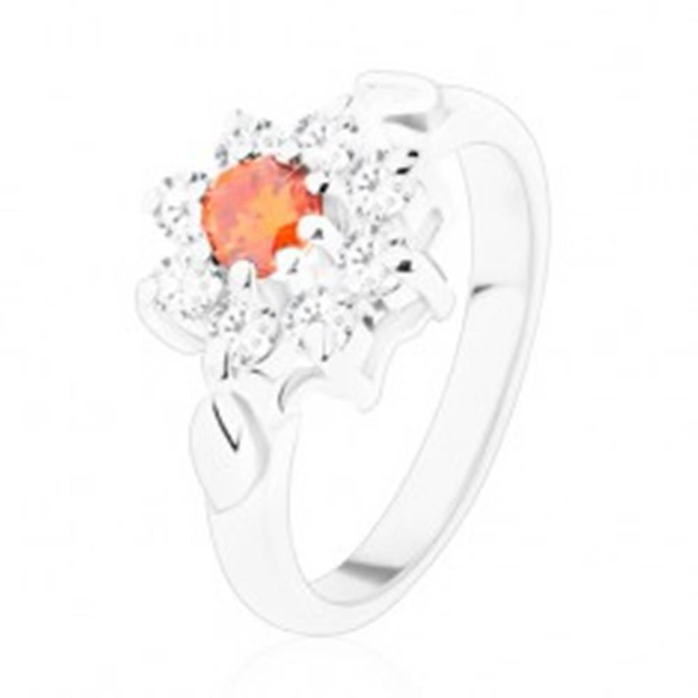 Šperky eshop Jagavý prsteň s kvietkom a lístočkami, zirkóny v oranžovej a čírej farbe - Veľkosť: 49 mm