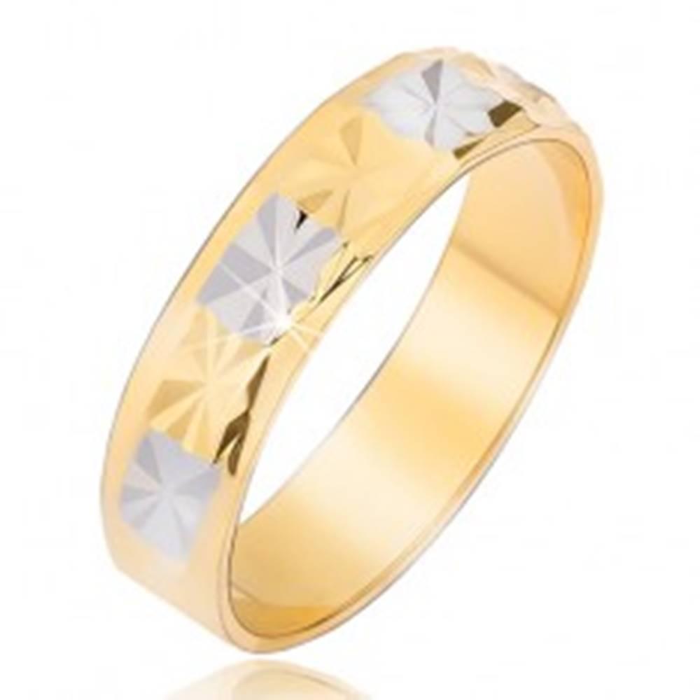 Šperky eshop Lesklá obrúčka s diamantovým vzorom zlato-striebornej farby - Veľkosť: 49 mm