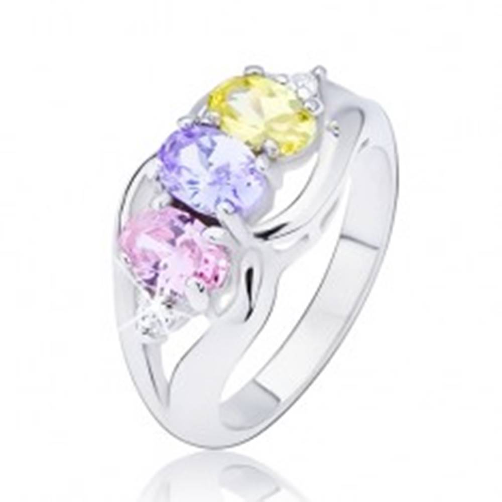 Šperky eshop Lesklý prsteň striebornej farby, tri farebné oválne zirkóny medzi vlnkami - Veľkosť: 49 mm