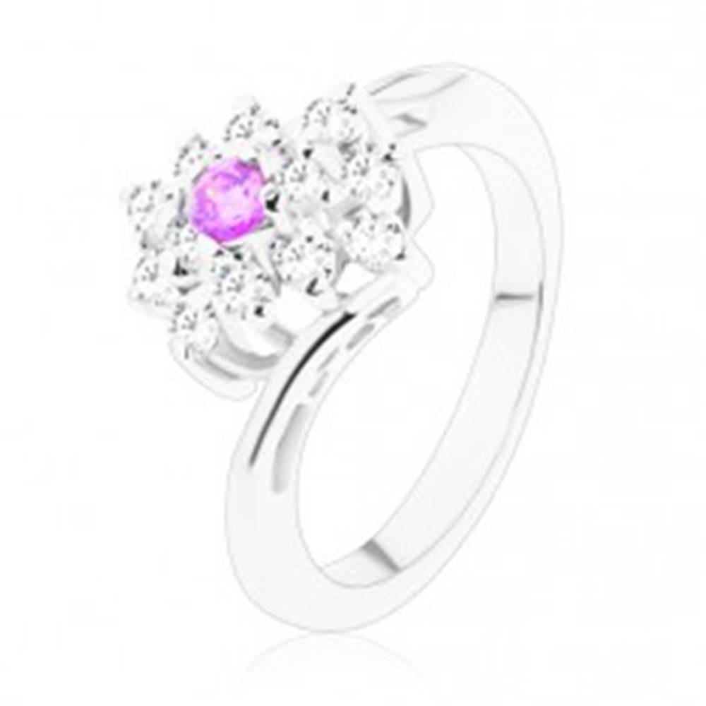 Šperky eshop Ligotavý prsteň so zahnutými ramenami, fialové a číre zirkóny v obdĺžniku - Veľkosť: 49 mm
