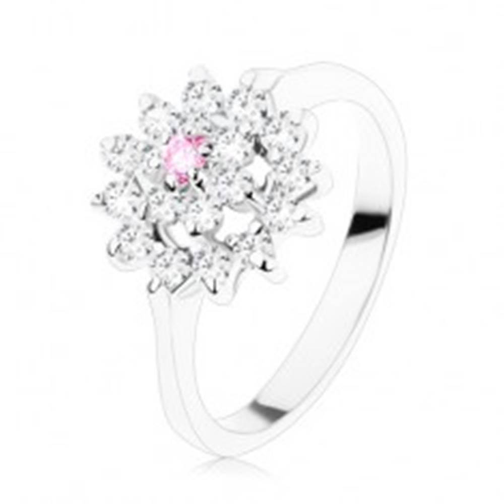 Šperky eshop Ligotavý prsteň - úzke lesklé ramená, ružovo-číry kvietok v zirkónovom kruhu - Veľkosť: 49 mm