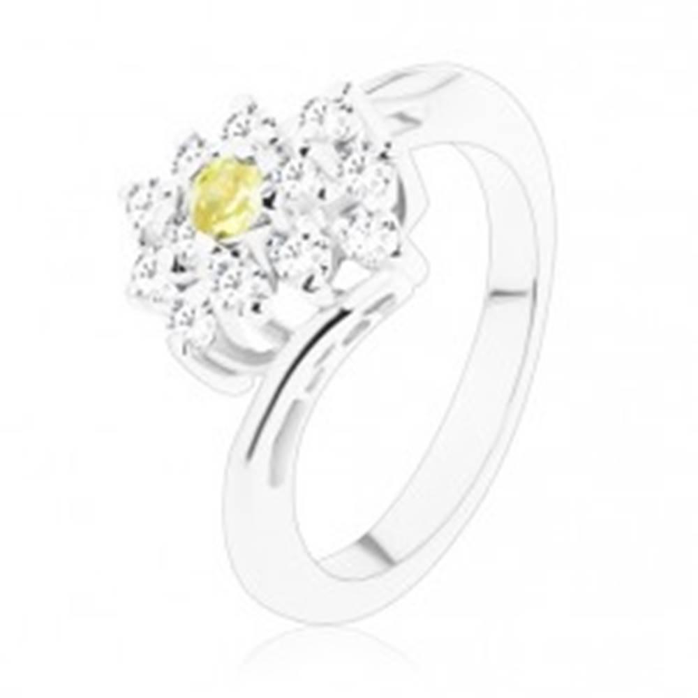 Šperky eshop Ligotavý prsteň v striebornom odtieni, okrúhly zelenožltý zirkón, číry obdĺžnik - Veľkosť: 48 mm