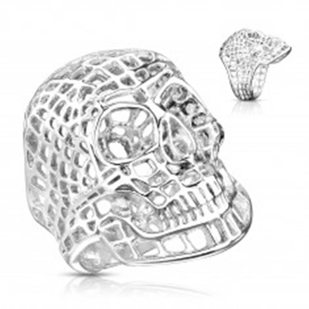 Šperky eshop Masívny oceľový prsteň v striebornom odtieni, sieťovaná lebka - Veľkosť: 58 mm