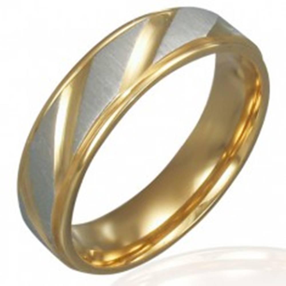 Šperky eshop Obrúčka z ocele - zlato-strieborná farba, diagonálne ryhovanie - Veľkosť: 51 mm