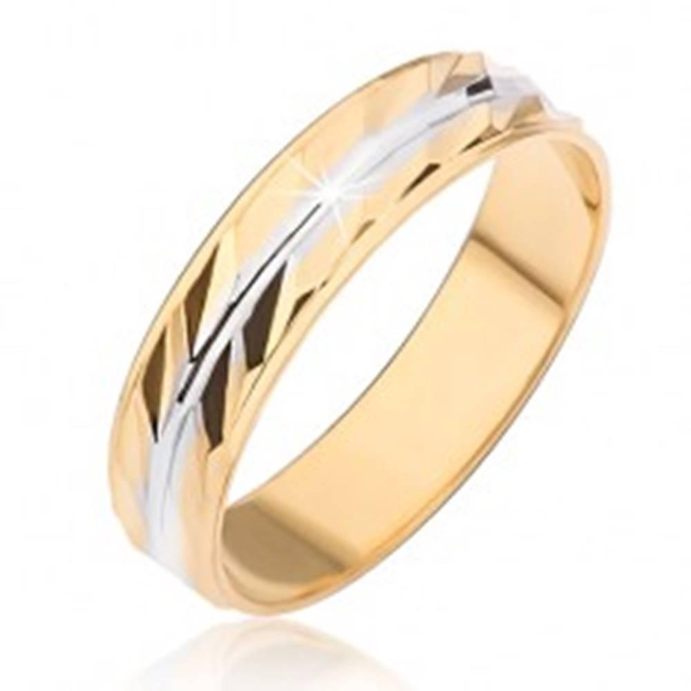 Šperky eshop Obrúčka zlatej farby so šikmými ryhami a stredovým zárezom striebornej farby - Veľkosť: 49 mm