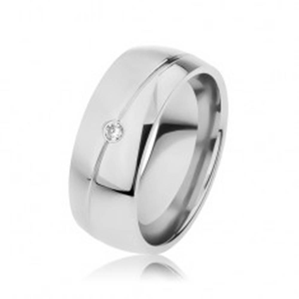 Šperky eshop Oceľová obrúčka striebornej farby, úzky šikmý zárez, zirkónik - Veľkosť: 57 mm