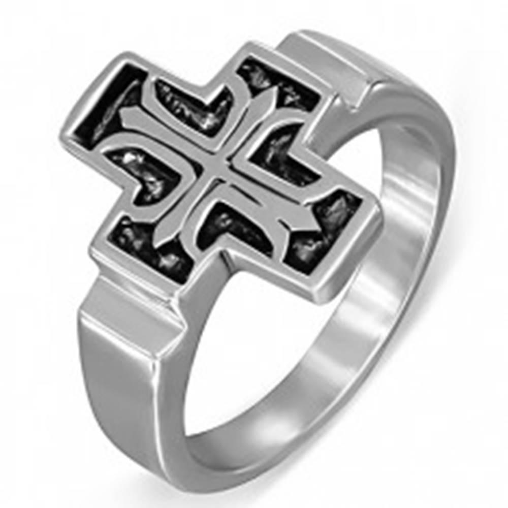 Šperky eshop Oceľový prsteň, Fleur de Lis v patinovanom latinskom kríži - Veľkosť: 54 mm