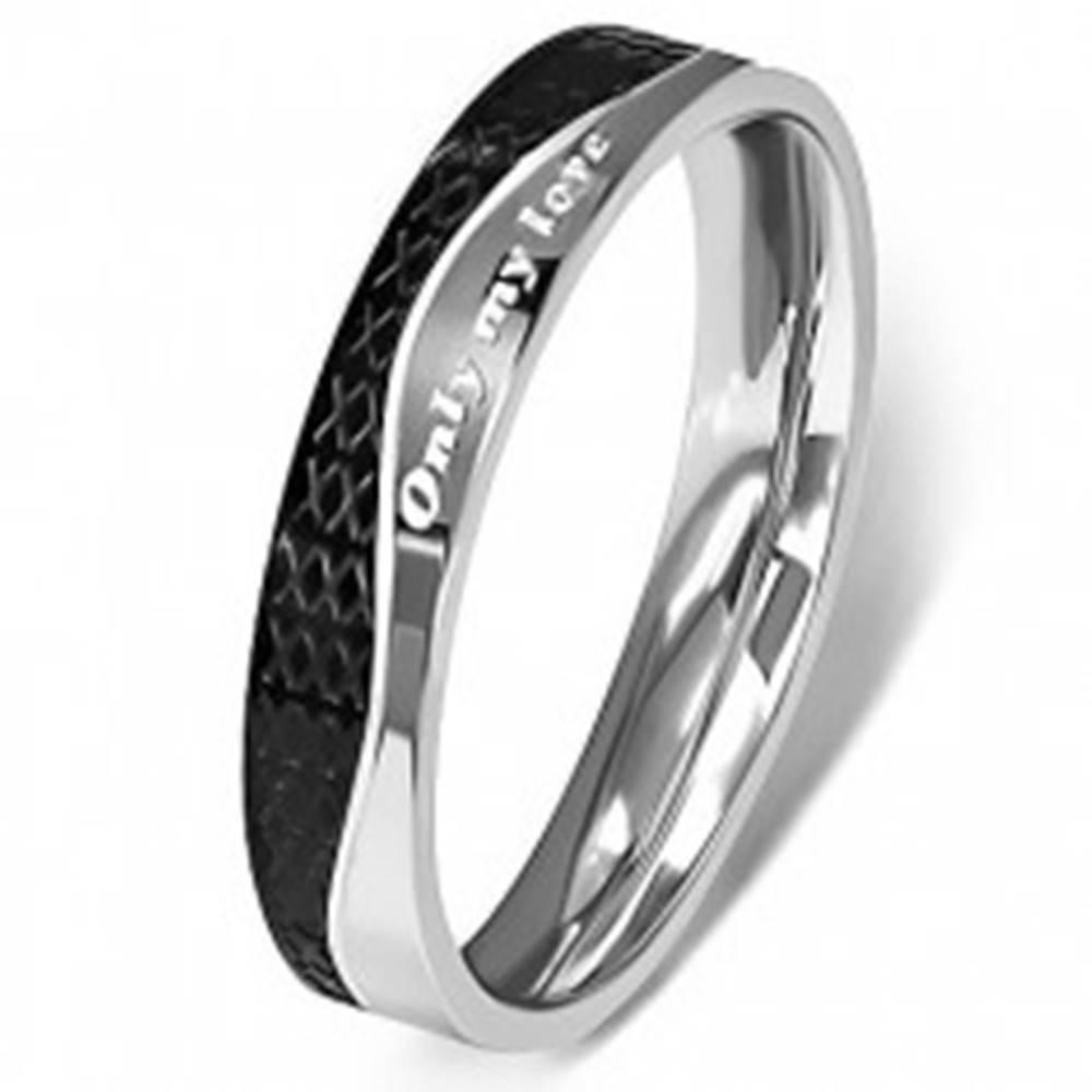Šperky eshop Oceľový prsteň - strieborná a čierna farba, vlnovka - Veľkosť: 49 mm