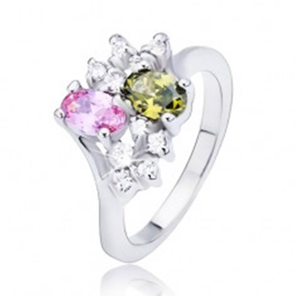 Šperky eshop Prsteň s dvomi farebnými oválnymi zirkónmi a čírymi kamienkami - Veľkosť: 51 mm