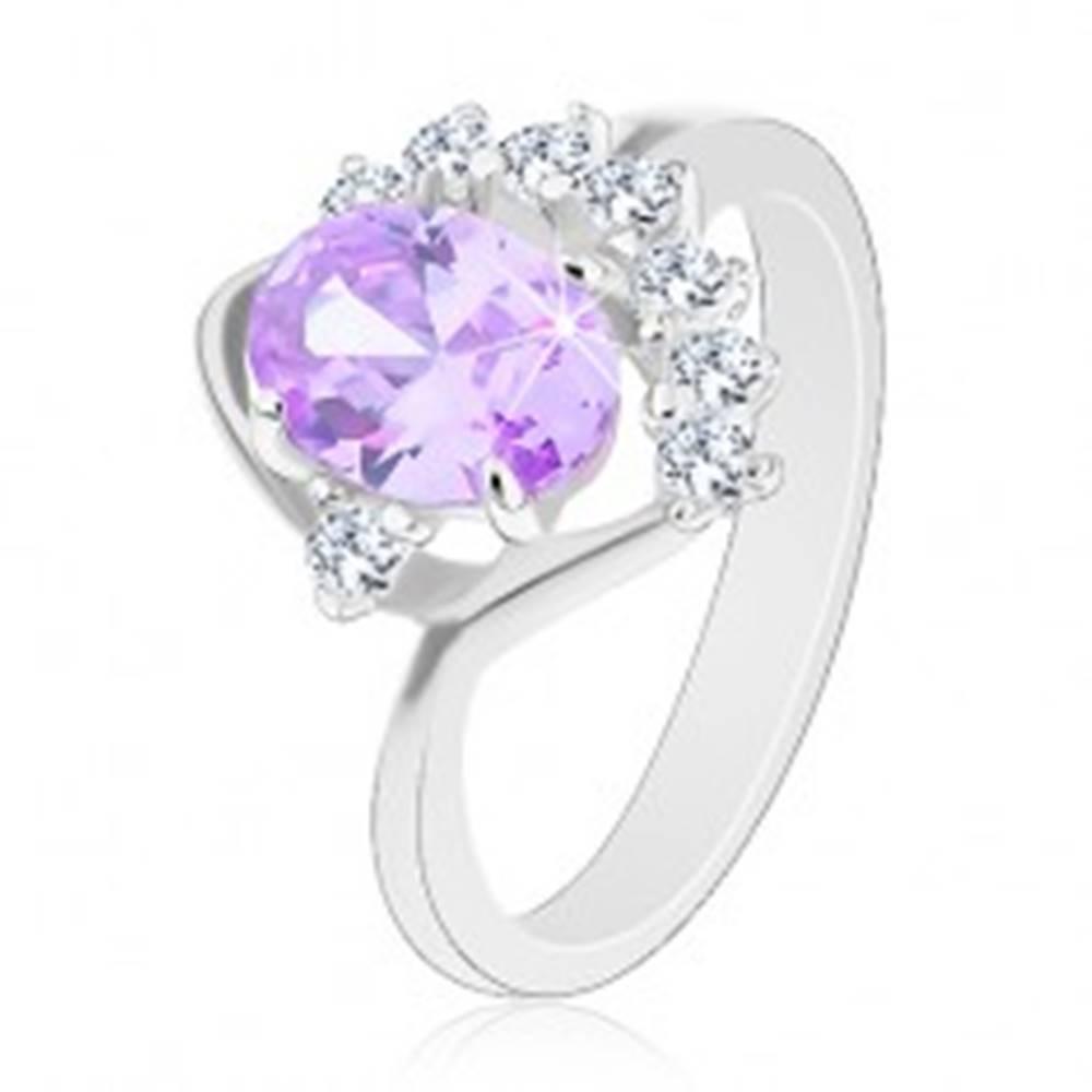 Šperky eshop Prsteň s oválnym zirkónom vo svetlofialovom odtieni, trblietavý číry oblúčik - Veľkosť: 49 mm
