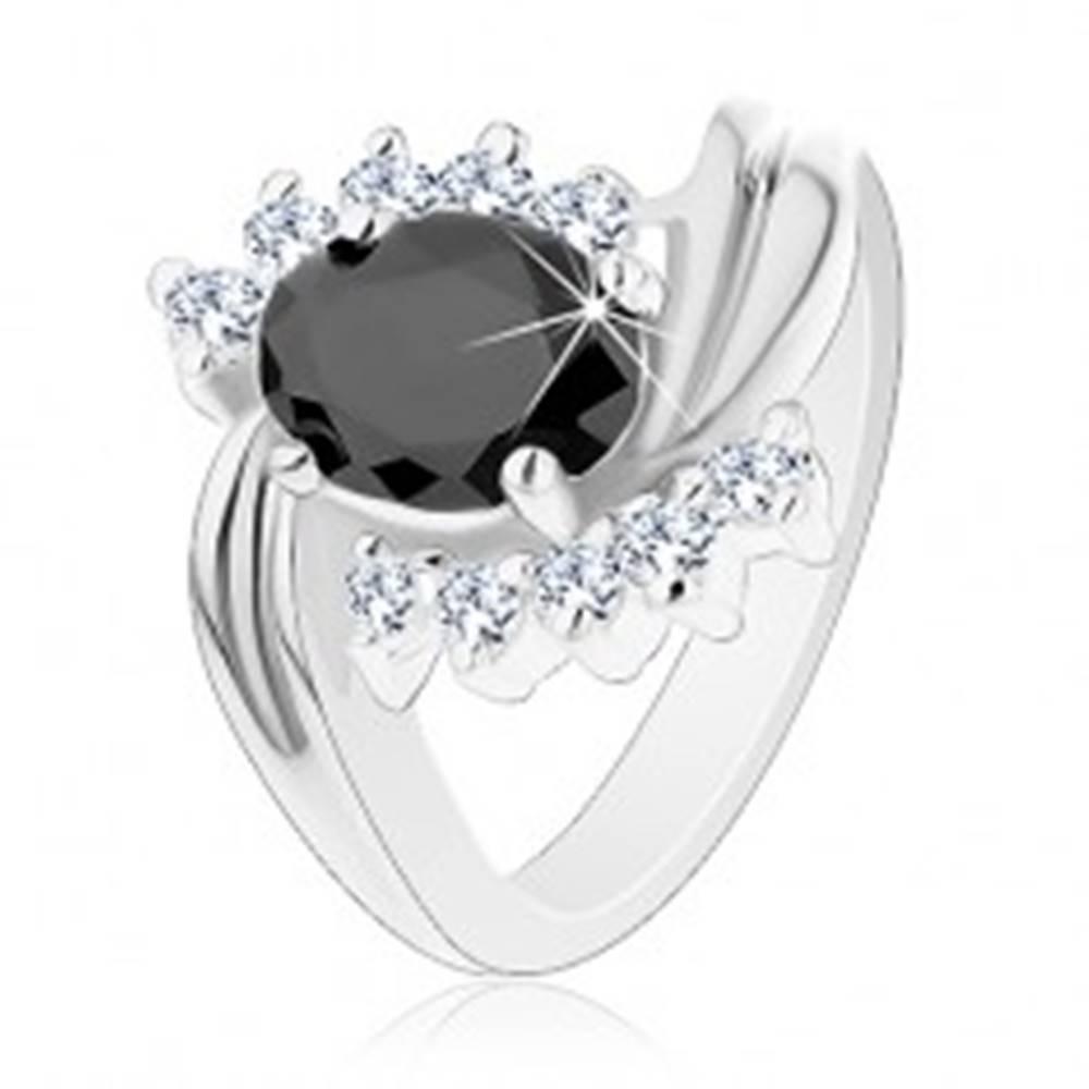 Šperky eshop Prsteň v striebornej farbe so zahnutými ramenami, číre zirkóny, čierny ovál - Veľkosť: 49 mm