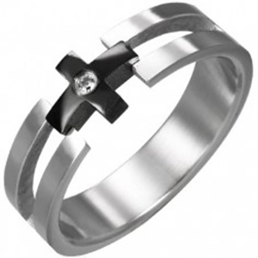 Šperky eshop Prsteň z ocele - čierny kríž, číry zirkón - Veľkosť: 49 mm