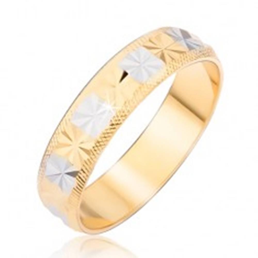 Šperky eshop Prsteň zlatostriebornej farby s diamantovým rezom a ryhovanými okrajmi - Veľkosť: 48 mm