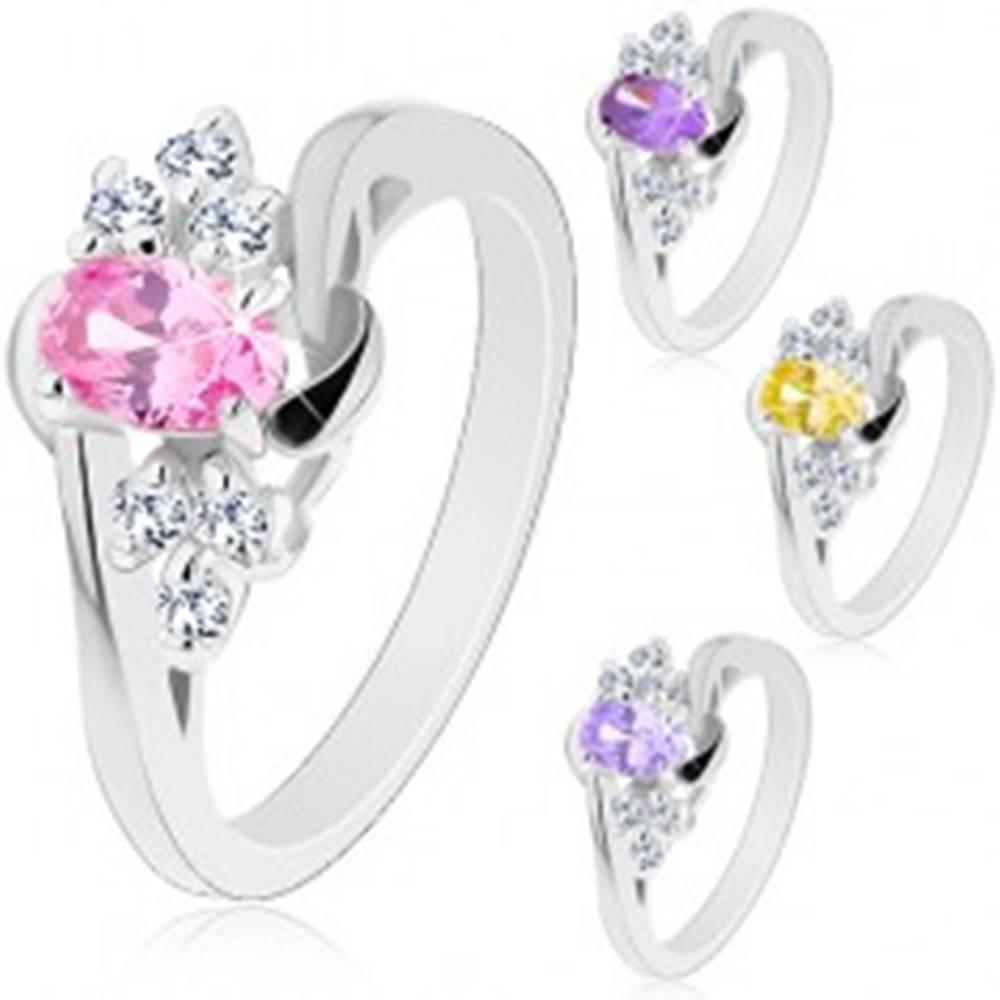 Šperky eshop Prsteň - zrkadlovolesklý povrch, brúsený ovál, číre zirkónové trojice, oblúčiky - Veľkosť: 50 mm, Farba: Fialová