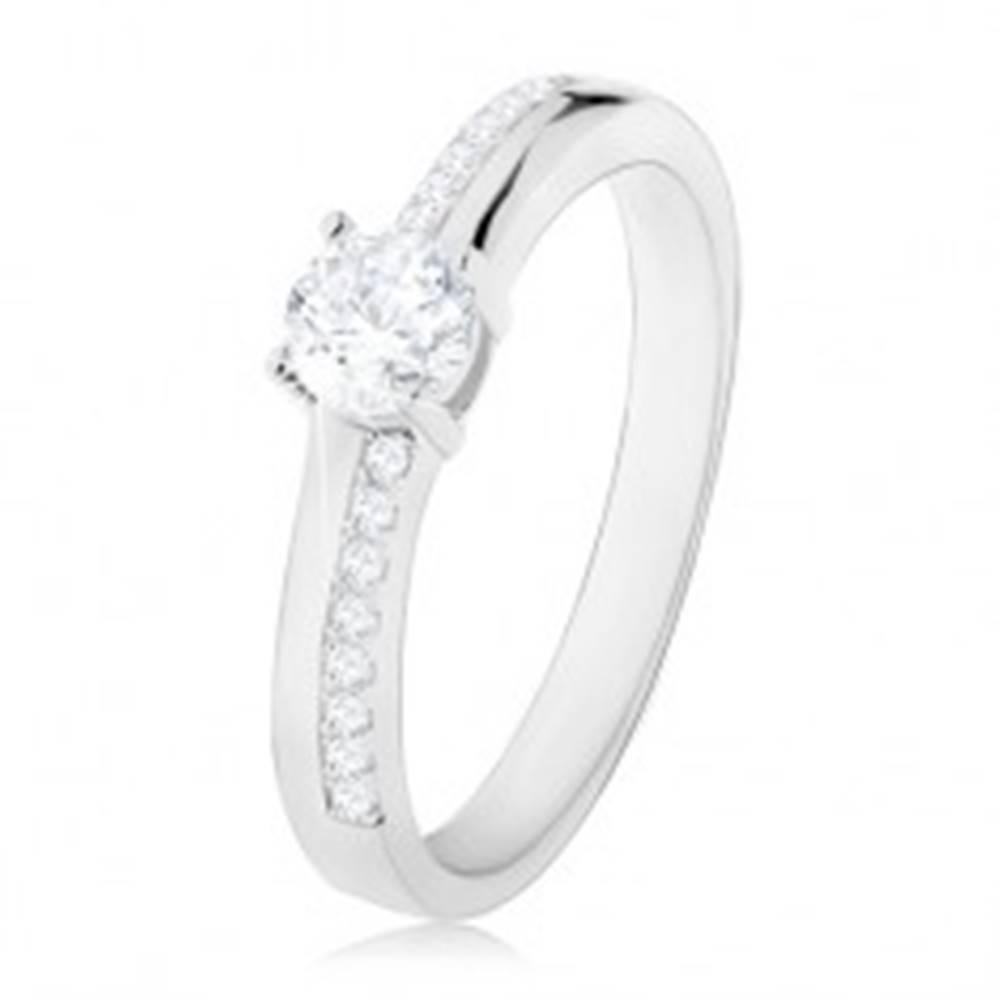 Šperky eshop Strieborný prsteň 925, okrúhly číry zirkón, trblietavé línie na ramenách - Veľkosť: 50 mm
