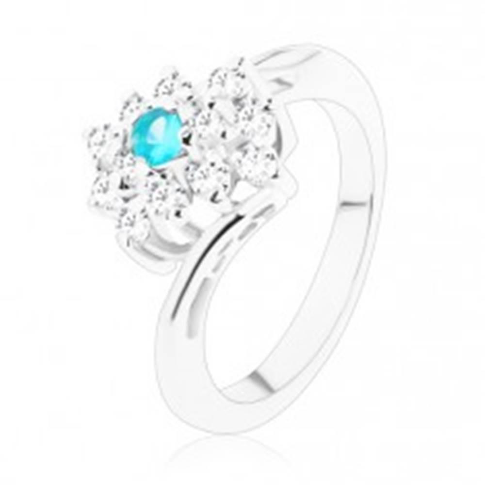 Šperky eshop Trblietavý prsteň v striebornom odtieni, obdĺžnik v čírej a svetlomodrej farbe - Veľkosť: 51 mm