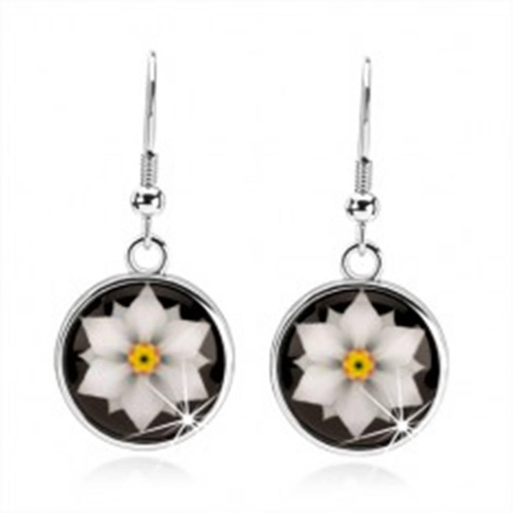 Šperky eshop Kabošon náušnice, kruh s glazúrou, biely kvet na čiernom podklade