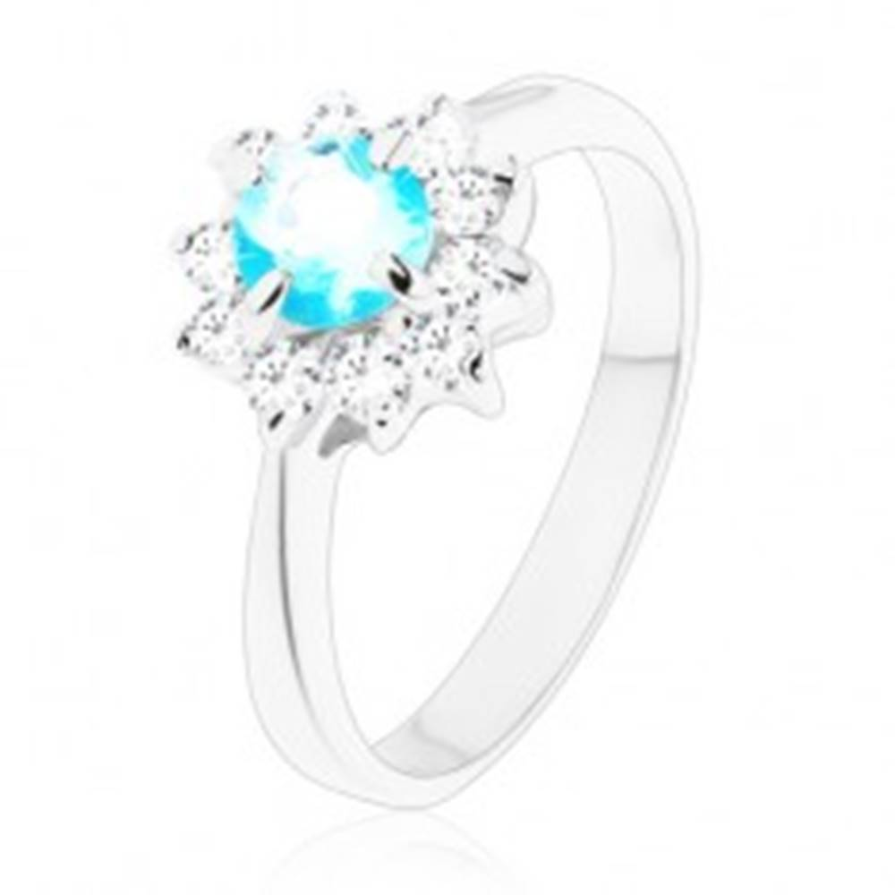 Šperky eshop Lesklý prsteň s úzkymi ramenami, svetlomodrý okrúhly zirkón, číry zirkónový lem - Veľkosť: 49 mm