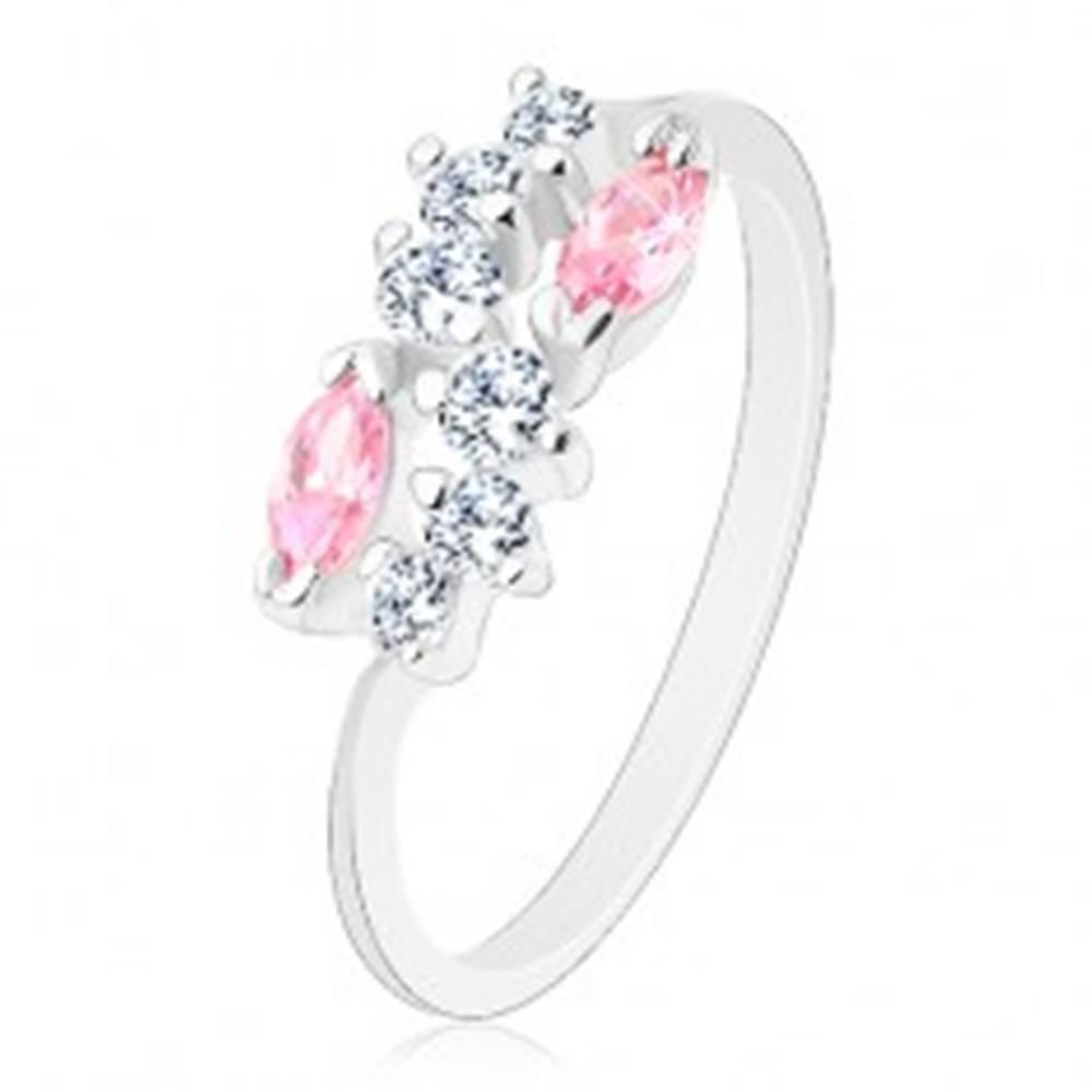 Šperky eshop Lesklý prsteň so zúženými ramenami, strieborná farba, číra vlnka a ružové zrná - Veľkosť: 58 mm