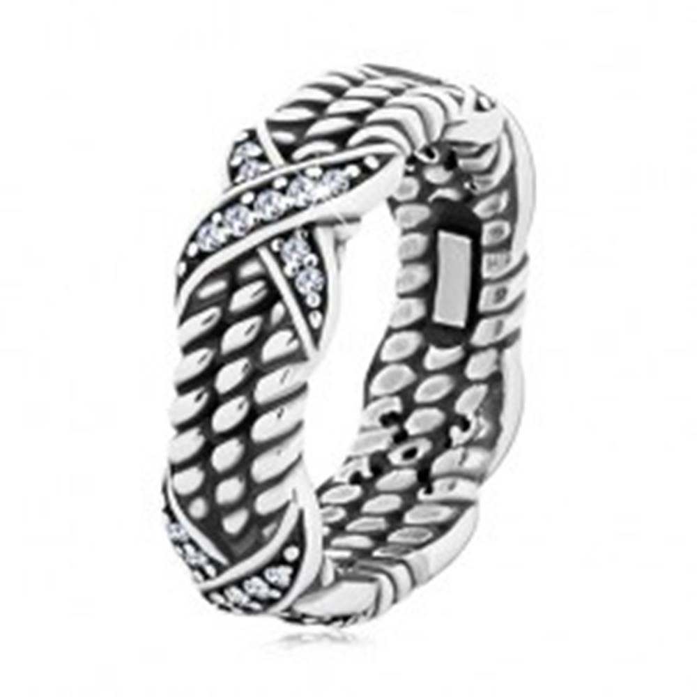 Šperky eshop Patinovaný strieborný prsteň 925, motív točeného lana, krížiky so zirkónmi - Veľkosť: 50 mm