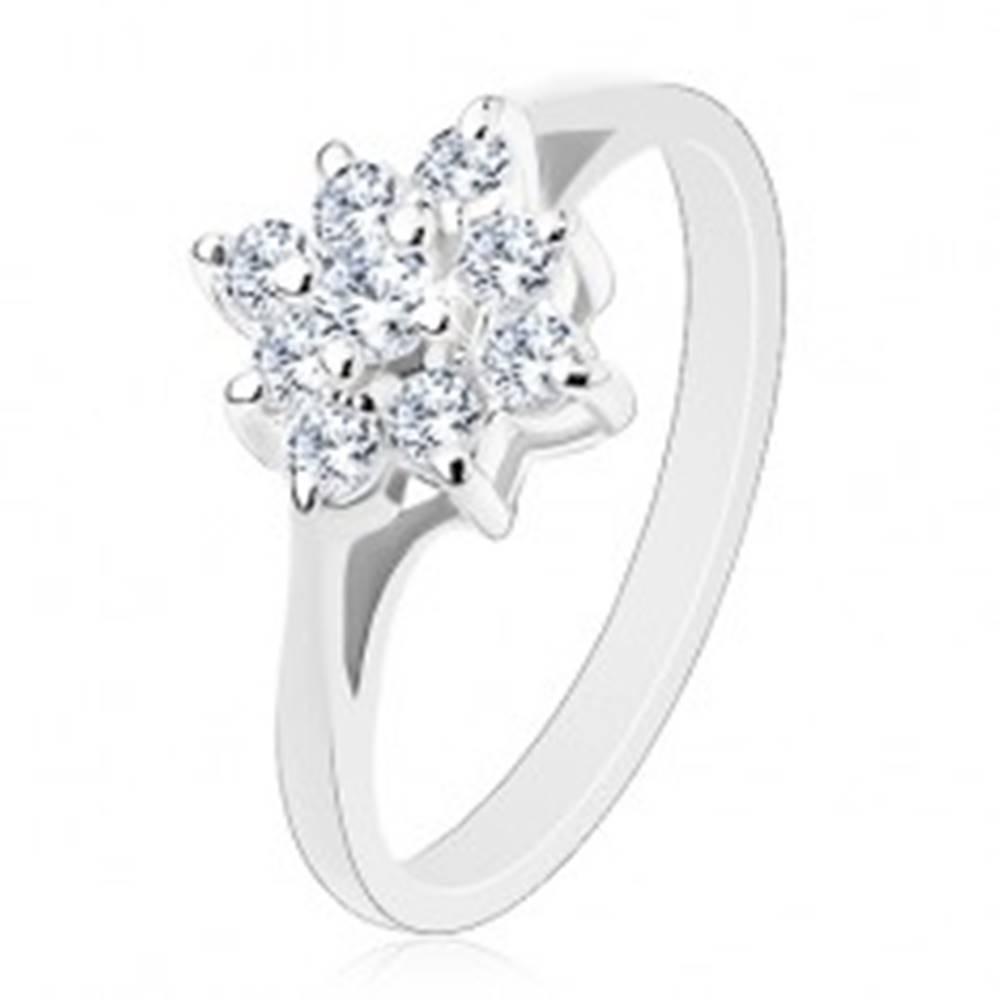 Šperky eshop Prsteň s ligotavým zirkónovým štvorcom čírej farby, lesklé zúžené ramená - Veľkosť: 55 mm