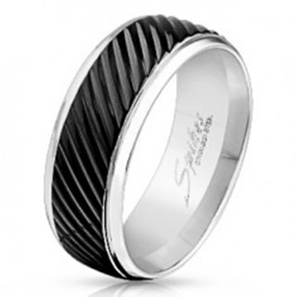 Šperky eshop Prsteň z ocele 316L striebornej farby, čierny pás so šikmými zárezmi, 8 mm - Veľkosť: 59 mm